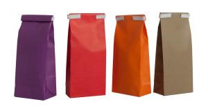 sacs papier colorés fond plat